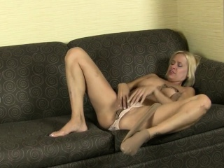 American milf Dee Williams dildos her shaven pussy