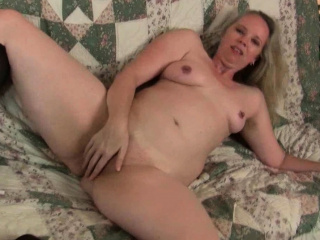 USA milf Beth dildo fucks their way luscious pussy